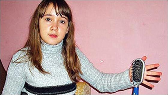 صورة رقم 3 - معجزة: طفلة مغناطيسية تجتذب اجسام معدنية بيديها!