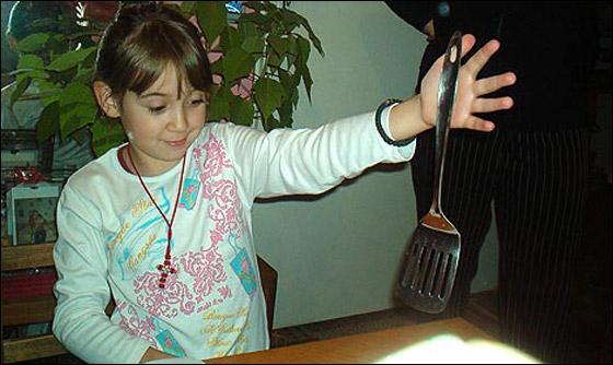صورة رقم 2 - معجزة: طفلة مغناطيسية تجتذب اجسام معدنية بيديها!