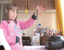 صورة رقم 1 - معجزة: طفلة مغناطيسية تجتذب اجسام معدنية بيديها!