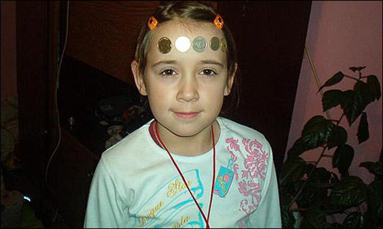 صورة رقم 4 - معجزة: طفلة مغناطيسية تجتذب اجسام معدنية بيديها!