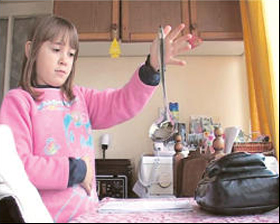صورة رقم 9 - معجزة: طفلة مغناطيسية تجتذب اجسام معدنية بيديها!