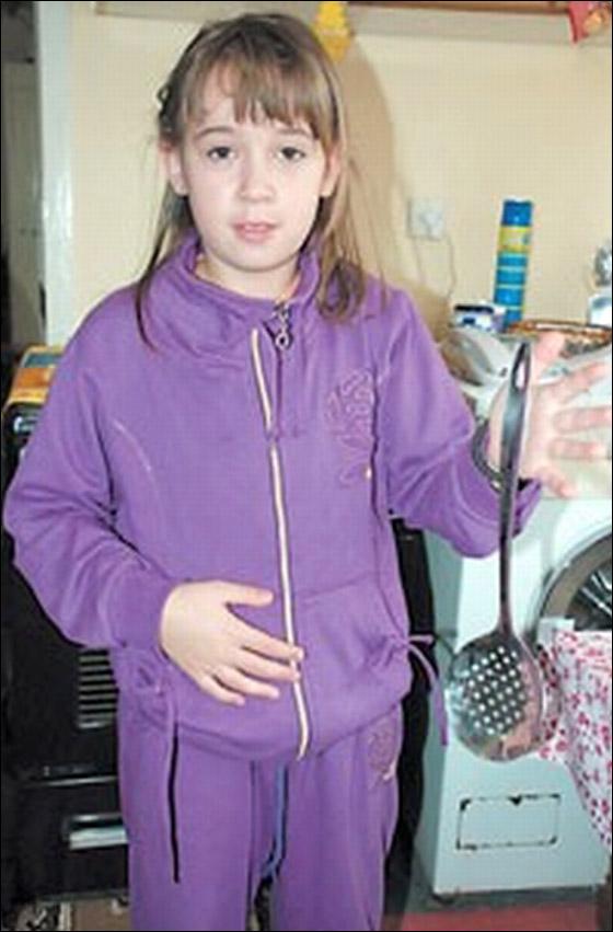 صورة رقم 8 - معجزة: طفلة مغناطيسية تجتذب اجسام معدنية بيديها!