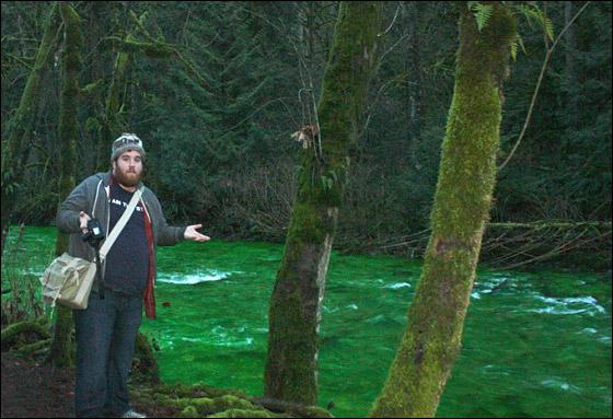 صورة رقم 2 - في مشهد مذهل.. مياه نهر اصطبغت باللون الأخضر!!