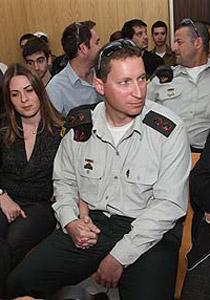 صورة رقم 1 - ميزان العدالة: خفض رتبة جندي اطلق النار على فلسطيني مكبل