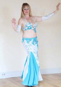 بطلة الرقص الشرقي في بريطانية تعود الى الساحة بساق اصطناعية