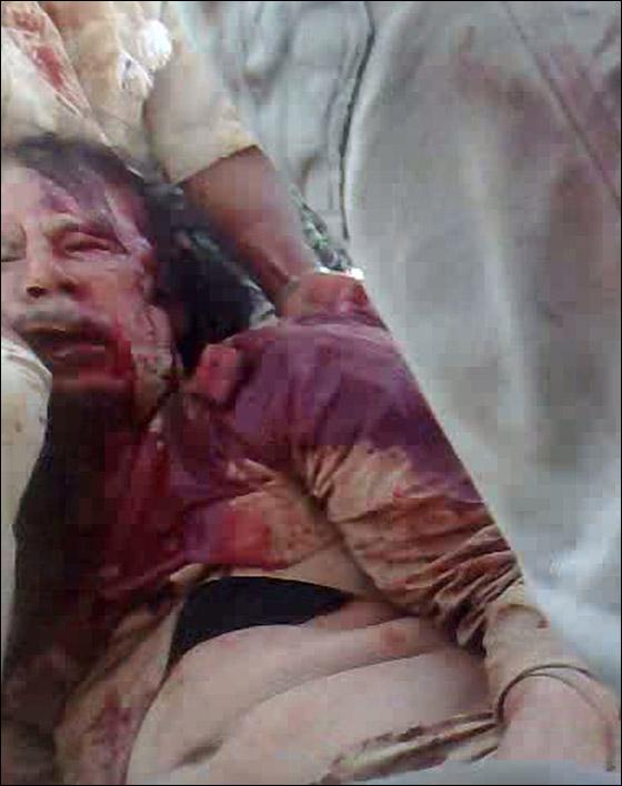 صورة رقم 2 - مقتل معمر القذافي متأثرا بجروحه بعد اصابته في سرت
