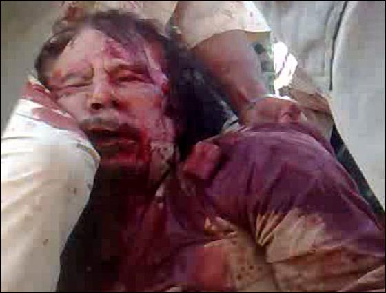 صورة رقم 3 - مقتل معمر القذافي متأثرا بجروحه بعد اصابته في سرت