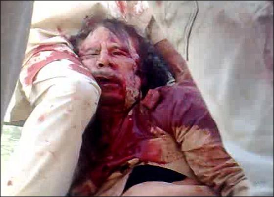 صورة رقم 4 - مقتل معمر القذافي متأثرا بجروحه بعد اصابته في سرت