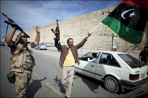 صورة رقم 9 - مقتل معمر القذافي متأثرا بجروحه بعد اصابته في سرت