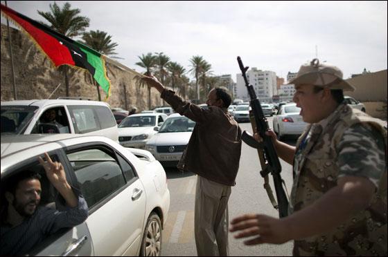 صورة رقم 10 - مقتل معمر القذافي متأثرا بجروحه بعد اصابته في سرت