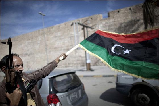 صورة رقم 11 - مقتل معمر القذافي متأثرا بجروحه بعد اصابته في سرت