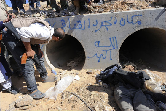 صورة رقم 6 - مقتل معمر القذافي متأثرا بجروحه بعد اصابته في سرت