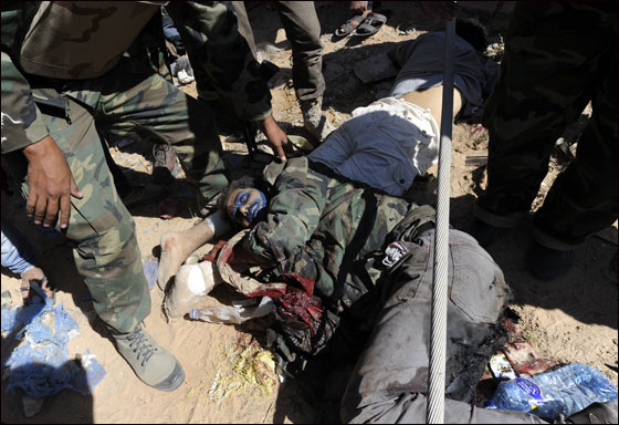 صورة رقم 7 - مقتل معمر القذافي متأثرا بجروحه بعد اصابته في سرت