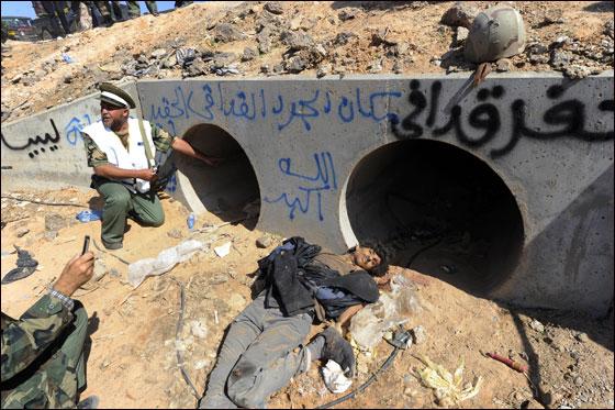صورة رقم 8 - مقتل معمر القذافي متأثرا بجروحه بعد اصابته في سرت