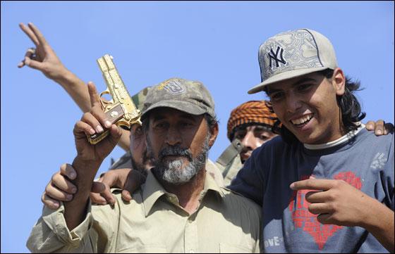 صورة رقم 13 - مقتل معمر القذافي متأثرا بجروحه بعد اصابته في سرت