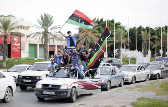 صورة رقم 15 - مقتل معمر القذافي متأثرا بجروحه بعد اصابته في سرت
