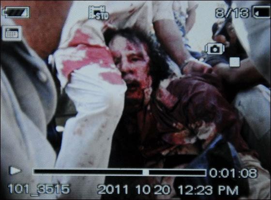 صورة رقم 5 - مقتل معمر القذافي متأثرا بجروحه بعد اصابته في سرت