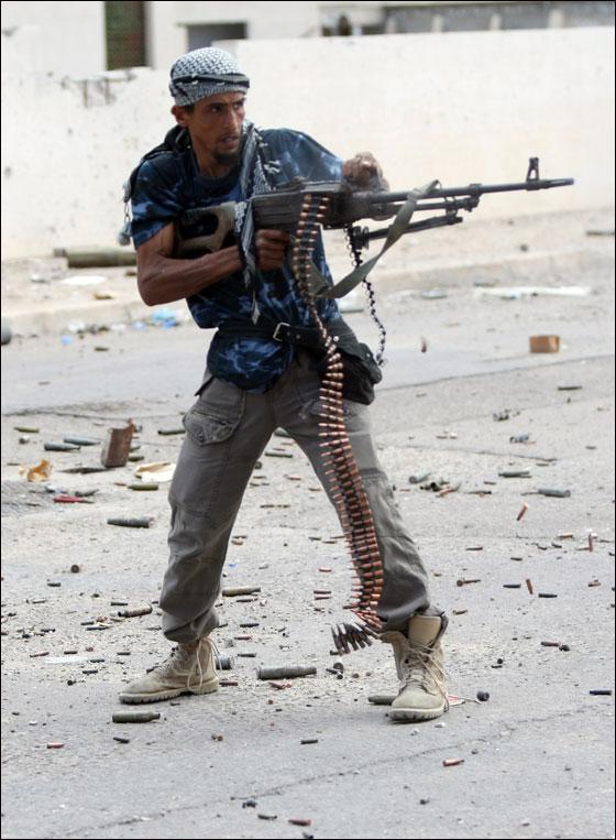 صورة رقم 18 - مقتل معمر القذافي متأثرا بجروحه بعد اصابته في سرت