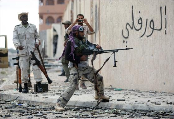 صورة رقم 30 - مقتل معمر القذافي متأثرا بجروحه بعد اصابته في سرت