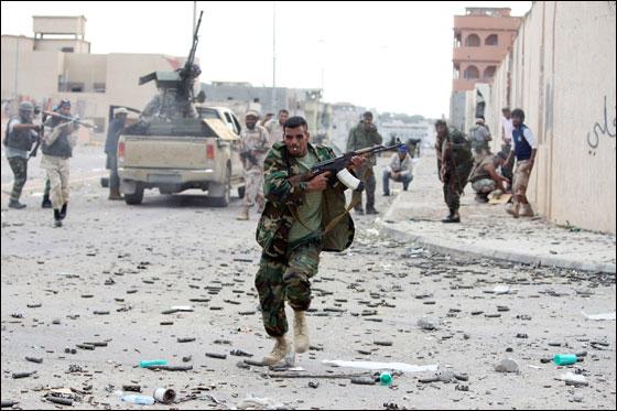 صورة رقم 17 - مقتل معمر القذافي متأثرا بجروحه بعد اصابته في سرت