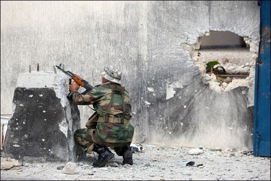 صورة رقم 21 - مقتل معمر القذافي متأثرا بجروحه بعد اصابته في سرت
