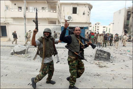 صورة رقم 16 - مقتل معمر القذافي متأثرا بجروحه بعد اصابته في سرت