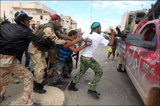 صورة رقم 19 - مقتل معمر القذافي متأثرا بجروحه بعد اصابته في سرت