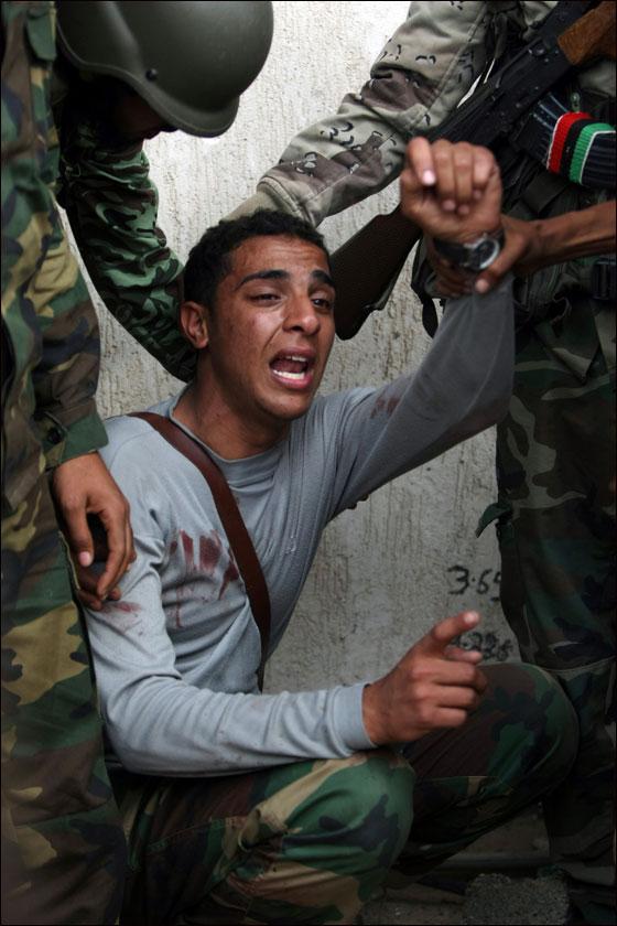 صورة رقم 31 - مقتل معمر القذافي متأثرا بجروحه بعد اصابته في سرت