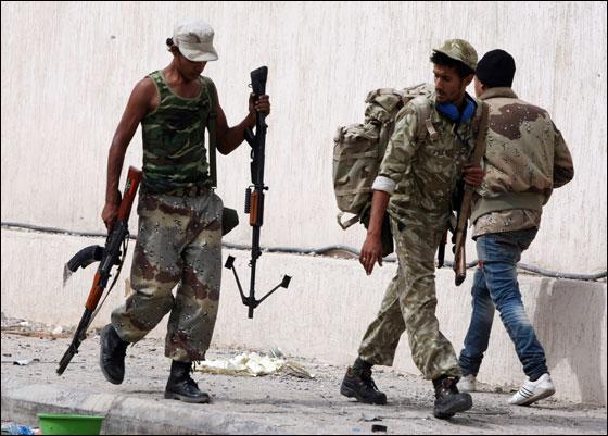 صورة رقم 20 - مقتل معمر القذافي متأثرا بجروحه بعد اصابته في سرت