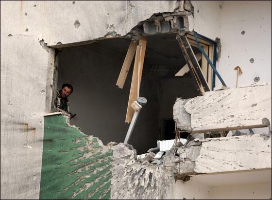 صورة رقم 29 - مقتل معمر القذافي متأثرا بجروحه بعد اصابته في سرت