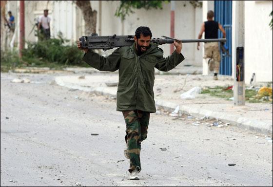 صورة رقم 25 - مقتل معمر القذافي متأثرا بجروحه بعد اصابته في سرت