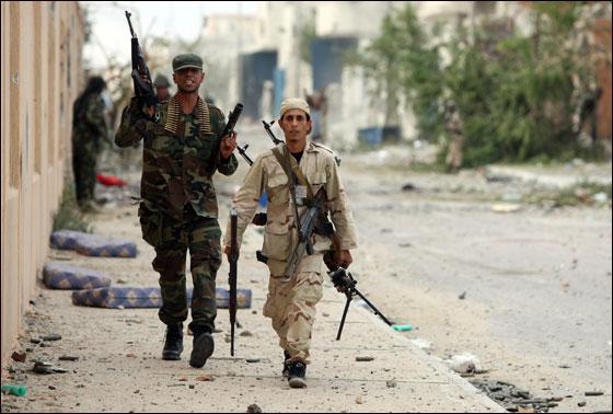 صورة رقم 24 - مقتل معمر القذافي متأثرا بجروحه بعد اصابته في سرت