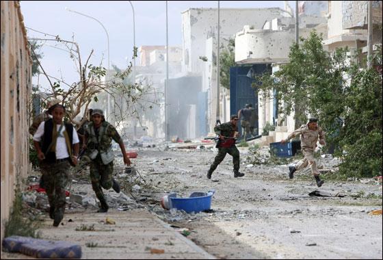 صورة رقم 23 - مقتل معمر القذافي متأثرا بجروحه بعد اصابته في سرت