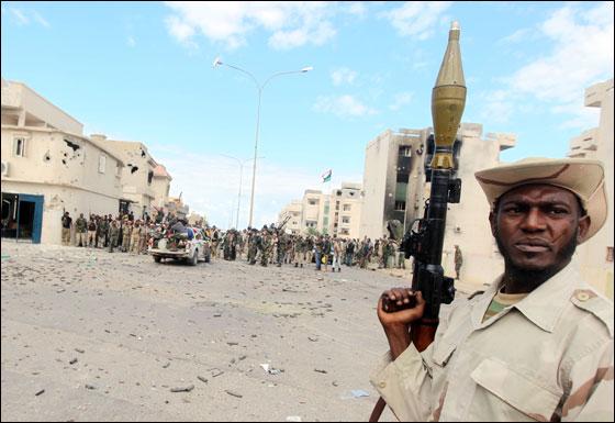 صورة رقم 28 - مقتل معمر القذافي متأثرا بجروحه بعد اصابته في سرت