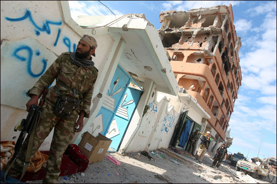 صورة رقم 22 - مقتل معمر القذافي متأثرا بجروحه بعد اصابته في سرت
