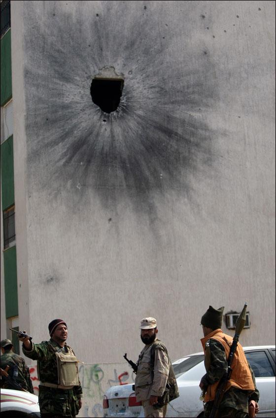 صورة رقم 27 - مقتل معمر القذافي متأثرا بجروحه بعد اصابته في سرت
