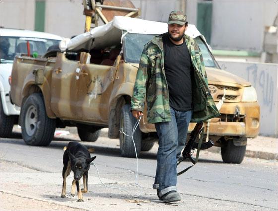 صورة رقم 26 - مقتل معمر القذافي متأثرا بجروحه بعد اصابته في سرت