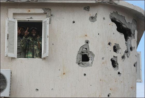 صورة رقم 32 - مقتل معمر القذافي متأثرا بجروحه بعد اصابته في سرت