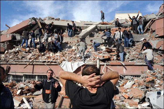 صورة رقم 2 - ما بين 500 الى 1000 ضحية في زلزال ضرب تركيا بقوة 7.3!