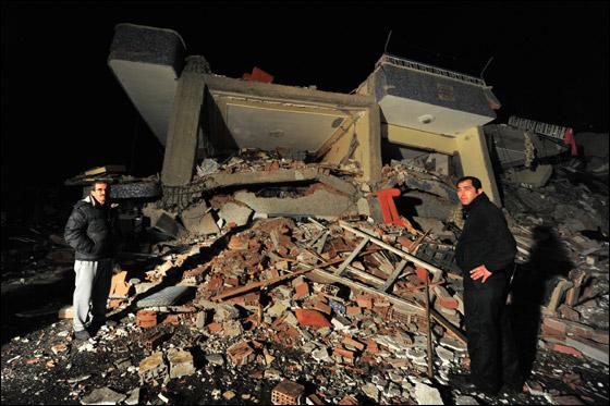 صورة رقم 4 - ما بين 500 الى 1000 ضحية في زلزال ضرب تركيا بقوة 7.3!