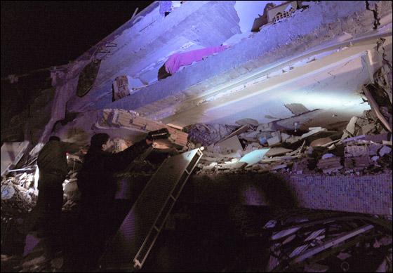 صورة رقم 3 - ما بين 500 الى 1000 ضحية في زلزال ضرب تركيا بقوة 7.3!