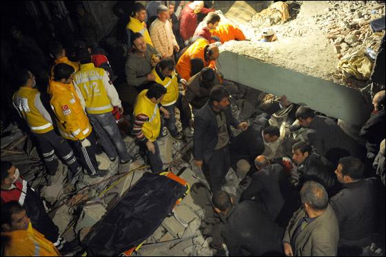 صورة رقم 1 - ما بين 500 الى 1000 ضحية في زلزال ضرب تركيا بقوة 7.3!
