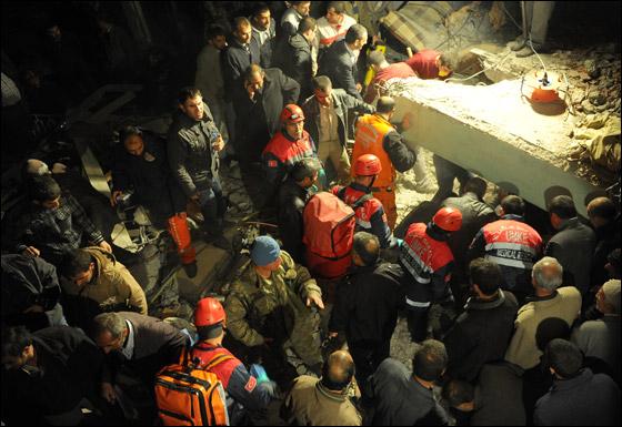 صورة رقم 9 - ما بين 500 الى 1000 ضحية في زلزال ضرب تركيا بقوة 7.3!