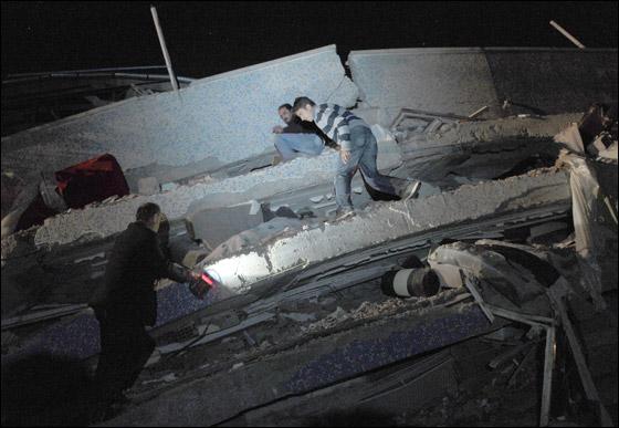 صورة رقم 10 - ما بين 500 الى 1000 ضحية في زلزال ضرب تركيا بقوة 7.3!