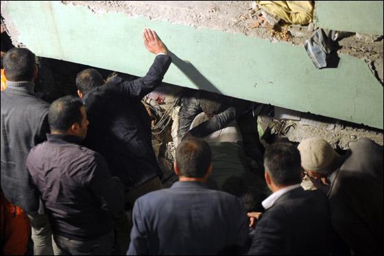صورة رقم 11 - ما بين 500 الى 1000 ضحية في زلزال ضرب تركيا بقوة 7.3!