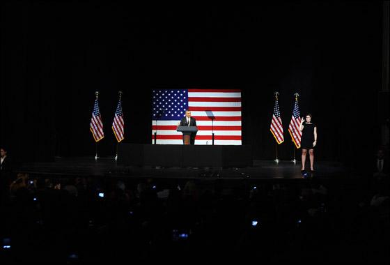 صورة رقم 1 - اوباما يفاجئ الجميع بغنائه العفوي خلال حفل لجمع التبرعات!