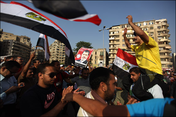 صورة رقم 10 - آلاف المصريين يتوافدون الى