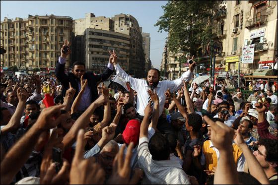 صورة رقم 7 - آلاف المصريين يتوافدون الى