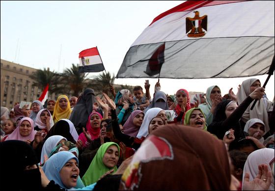 صورة رقم 5 - آلاف المصريين يتوافدون الى