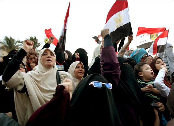 صورة رقم 13 - آلاف المصريين يتوافدون الى